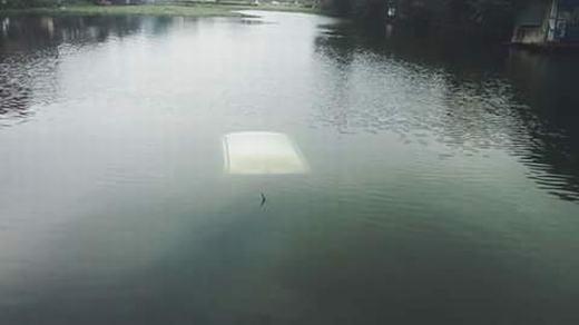Chiếc xe chìm nghỉm dưới hồ