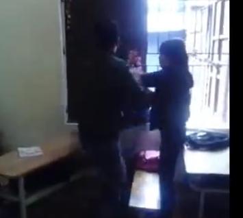 Bức xúc thanh niên đánh liên tiếp bạn gái vì nghi trộm điện thoại