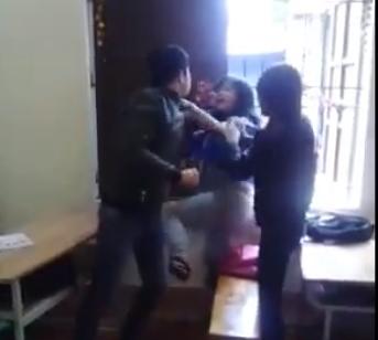 Bị đánh, cô gái cùng dùng chân lên để chống trả.