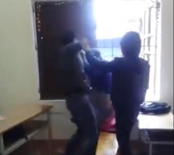 Tuy nhiên sức con gái có hạn, cô gái vẫn phải chịu những cú đánh liên tiếp từ nam thanh niên (Ảnh cắt từ clip).
