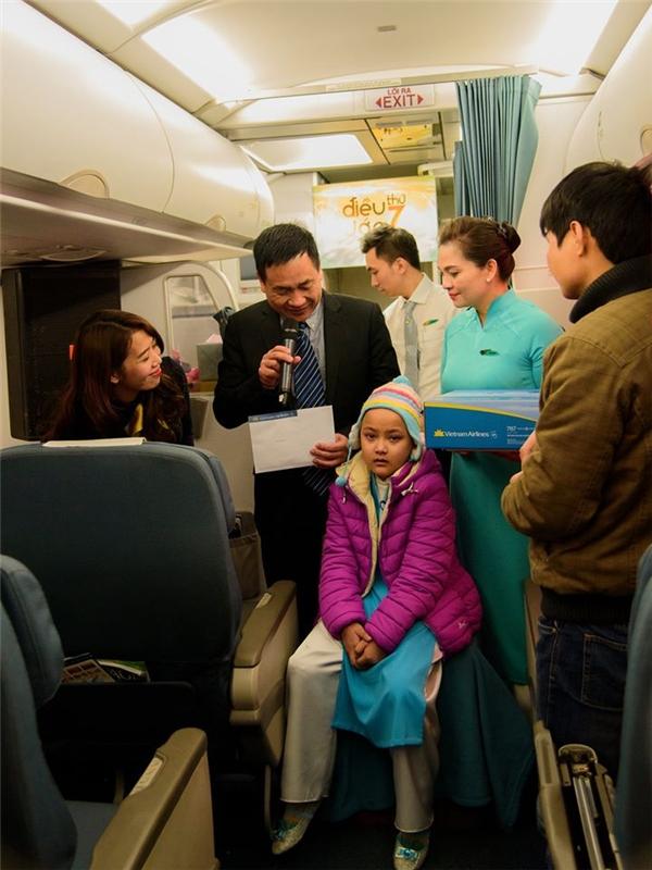 Cô bé diệnbộ đồng phục tiếp viên hàng không được may riêng cho mình.(Ảnh: Internet)