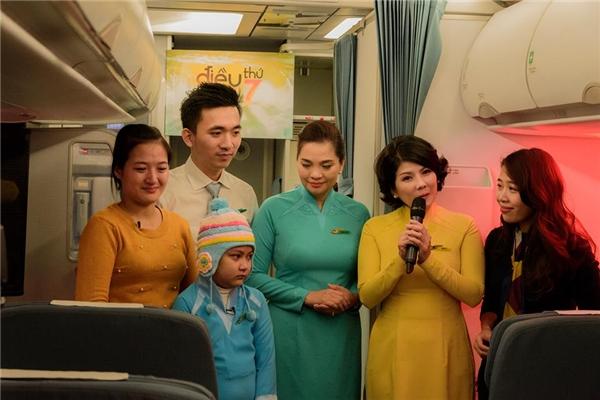 Nhân viên của hãng hàng không, cùng MVDiệp Chivà mẹ của bé Khánh Linh trong chương trình.(Ảnh: Internet)