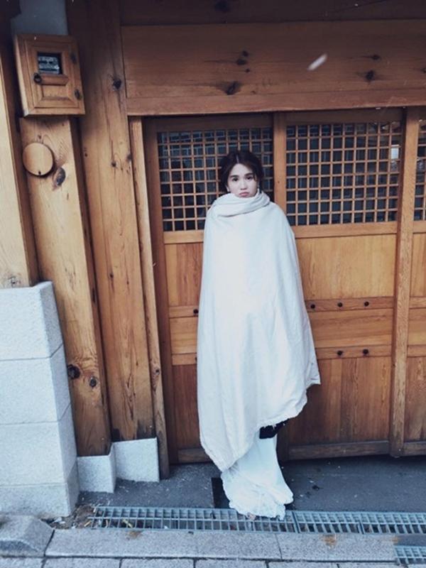 """Để có loạtảnh cưới đẹp lung linh tại Nhật Bản, Ngọc Trinh đã phải chịu đựng cái lạnh dưới 0 độ C. Chính vì thế, sau mỗi lần chụp, cô nàng """"Vòng eo 56"""" lại phải """"trùm mền"""" như thế này đây. (Ảnh: Internet) - Tin sao Viet - Tin tuc sao Viet - Scandal sao Viet - Tin tuc cua Sao - Tin cua Sao"""