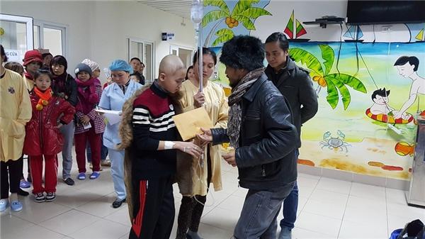 Ấm lòng nghĩa cử cao đẹp của Trần Lập với bệnh nhi ung thư - Tin sao Viet - Tin tuc sao Viet - Scandal sao Viet - Tin tuc cua Sao - Tin cua Sao