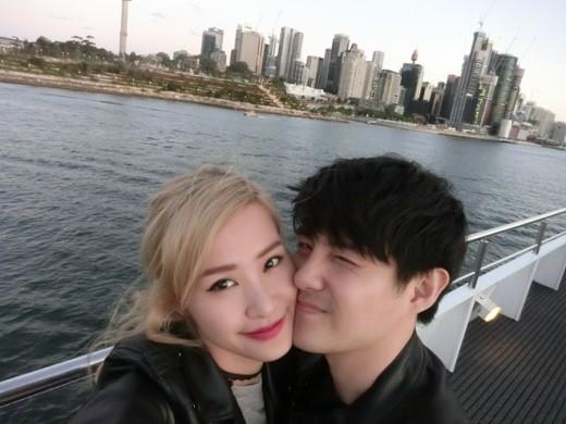 Tháng 10 vừa qua Ông Cao Thắng và Đông Nhi đã có một chuyến du lịch Úc ngọt ngào cùng nhau. Trong hình Ông Cao Thắng dành cho người yêu một nụ hôn phớt trên má.