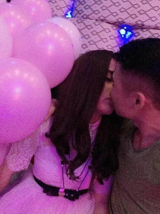 Hot girl Thái Nguyên cùng nụ hôn ngọt ngào khi tỏ tình thành công với bạn trai nhỏ tuổi hơn.