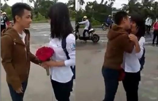Nụ hôn bất ngờ của chàng trai Hải Phòng đi taxi tỏ tình với cô bạn học sinh cấp 3 gây sốt.
