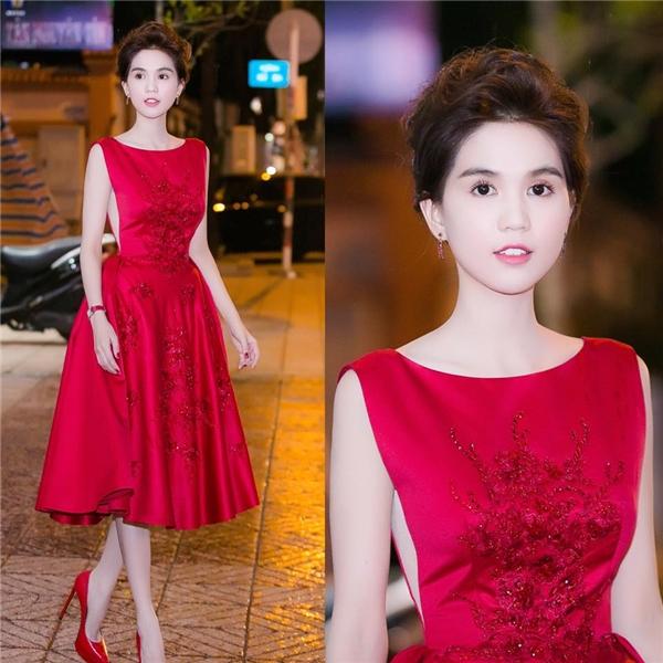 Bộ váy đỏ dáng xòe ngang gối mà Ngọc Trinh từng diện cũng được tạo điểm nhấn tương tự.