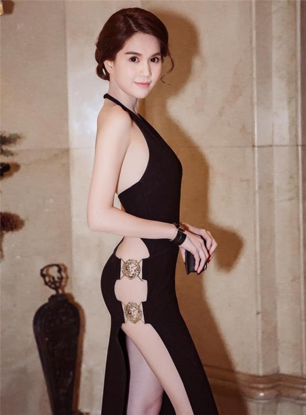 Trước đó, trong buổi lễ trao giải thưởng tại Hàn Quốc, Ngọc Trinh đã gây nên nhiều luồng dư luận trái chiều khi diện bộ váy xẻ lường táo bạo của Versus có giá hơn 20 triệu đồng. Với số đo 3 vòng cân đối, đầy đặn cùng nước da trắng, nhiều ý kiến cho rằng Ngọc Trinh còn xuất sắc hơn cả người mẫu trình diễn thiết kế này.