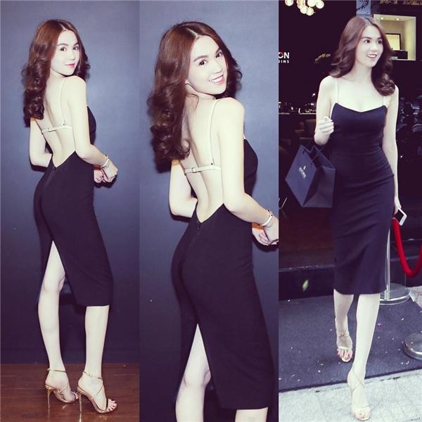 """Phần lưng sau của bộ váy đen này lại được """"níu giữ"""" nhờ chi tiết dây da mỏng manh. Bộ váy vừa gợi cảm nhưng không làm mất đi vẻ thanh thoát, ngọt ngào."""