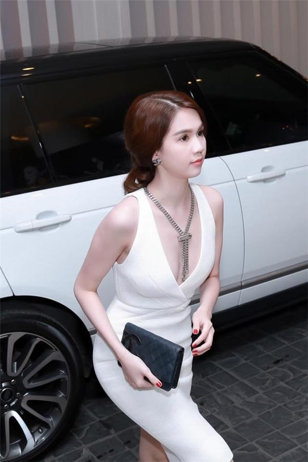 Đường cắt tinh tế ở ngực váy tạo nên sự cân xứng cho thiết kế bodycon đơn giản, quyến rũ mà Ngọc Trinh diện.