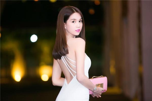Những đường dây mỏng manh tạo nên điểm nhấn ở phần lưng khá thú vị cho bộ váy trắng đơn giản của Ngọc Trinh.