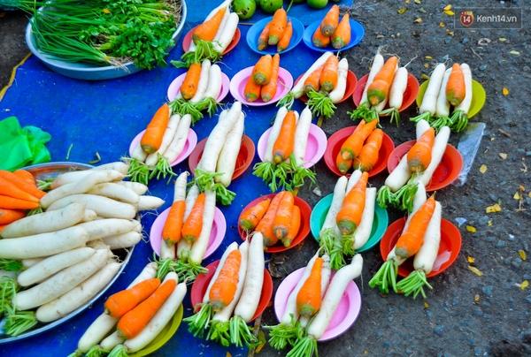 Đĩa cà rốt và củ cải trắng được cân bán đồng giá 5.000 đồng/ đĩa.