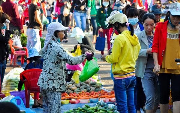 Độc đáo khu chợ bán thực phẩm đồng giá 5.000 đồng/ đĩa ở Sài Gòn