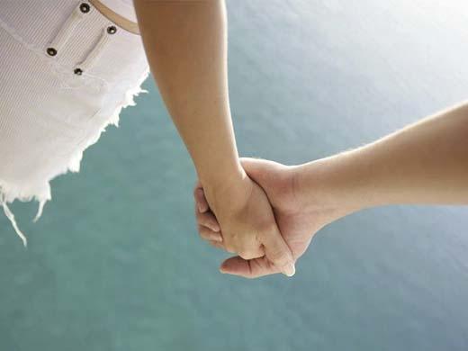 Không phải chỉ có những người yêu nhau mới có thể nắm tay nhau. (Ảnh: Internet)