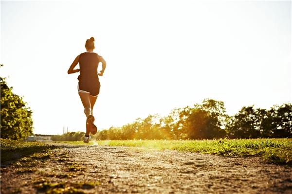 Kết hợp tắm nắng và tập thể dục sáng sớm và tránh tiếp xúc ánh nắng quá lâu. (Ảnh: Internet)