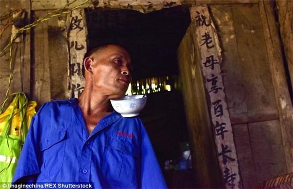 Dù gia đình khó khăn, nhưng anh Chen Xinyin rất hiếu thảo với mẹ già. Theo đó, 48 năm qua anh đãchăm sóc từng miếng ăn, giấc ngủ cho người mẹ 92 tuổi và bị bệnh phải nằm một chỗ. Không có hai tay, tưởng chừng việc phụng dưỡng, chăm sóc mẹ gặp khó khăn, nhưng anh đã vượt qua tất cả. Ảnh: Internet