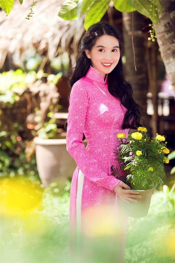 Cách đây khá lâu, hình ảnh Ngọc Trinh diện áo dài màu sắc giữa vườn hoa mùa xuân cũng khiến khán giả, người hâm mộ xao xuyến. Sắc hồng nhẹ nhàng, thanh tao mang lại vẻ ngoài ngọt ngào cho nữ người mẫu giữa tiết trời ngày giao mùa.