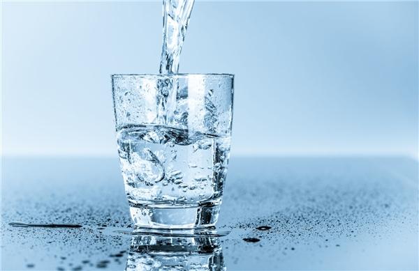 Nước giúp loại bỏ mảng bám hôi miệng.(Ảnh: Internet)
