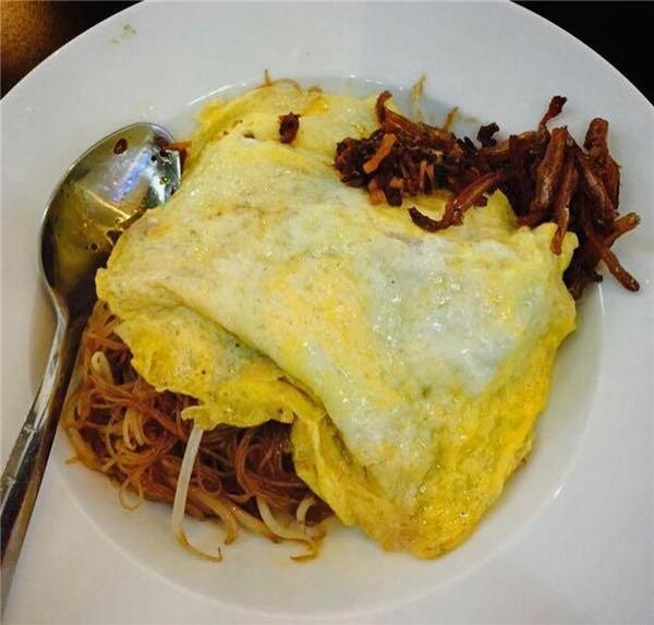 Đổi gió một chút với món bún gạo xào Singapore. Bún gạo được xào khá khéo, dai dai, không bị mềm nhũn, lại thơm phức ngay từ khi được dọn ra. Thêm một chút sa tế cay thật cay vào, dĩa bún xào chẳng mấy chốc mà sạch bong ngay thôi.(Ảnh: Internet)
