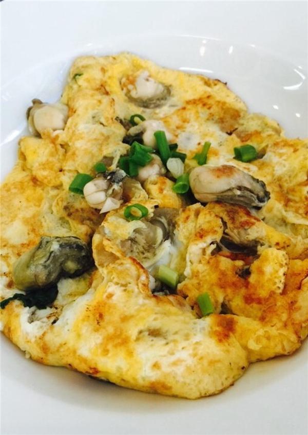 Bên cạnh những con hào nhỏ,dai dai, ngòn ngọt nằm gọn trong phần trứng vàng ươm, điểm nhấn của món này chínhlà phần nước chấm – ngon và cay tuyệt vời.(Ảnh: Internet)
