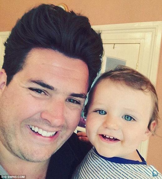 May mắn cho anh, cậu con trai nhỏ đã không hoảng sợ khi nhìn thấy diện mạo mới của bố mình. (Ảnh: Daily Mail)