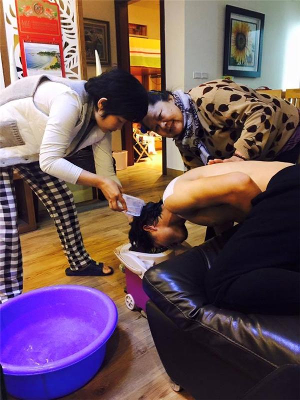 Hình ảnh Công Phượng phải nhờ tới sự giúp đỡ của 2 phụ nữ trong việc gội đầu.