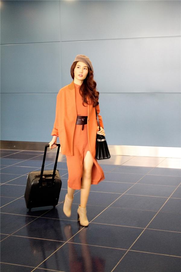 Mái tóc xoăn nhẹ cùng chiếc đầmmàu cam bắt mắt cùng đường xẻ tà cao càng khiến nữ diễn viên thêm phần quyến rũ, gợi cảm. - Tin sao Viet - Tin tuc sao Viet - Scandal sao Viet - Tin tuc cua Sao - Tin cua Sao