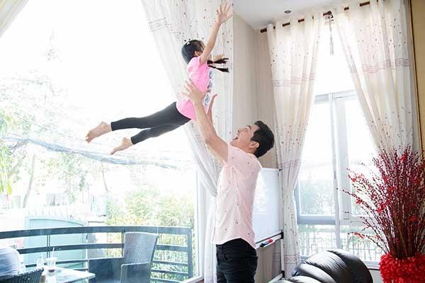 Lần đầu tiên đến thăm nhà Hoa hậu du lịch 2008, MC Phan Anh khen cô chăm con khéo và dạy con tốt. Ngọc Diễm cũng ngưỡng mộ ông bố ba con, và đùa còn phải học hỏi nhiều. - Tin sao Viet - Tin tuc sao Viet - Scandal sao Viet - Tin tuc cua Sao - Tin cua Sao
