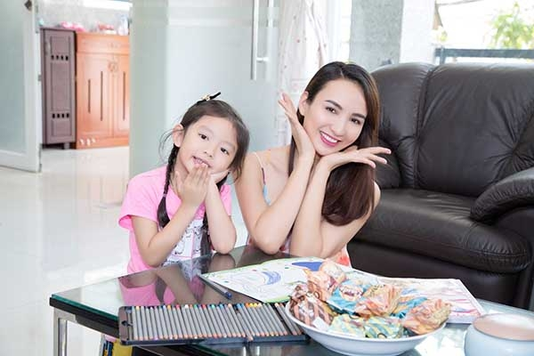 Sau khi công khai có con gái 5 tuổi, Ngọc Diễm cởi mở với truyền thông hơn. Cô xây dựng hình ảnh một người đẹp đa năng. - Tin sao Viet - Tin tuc sao Viet - Scandal sao Viet - Tin tuc cua Sao - Tin cua Sao