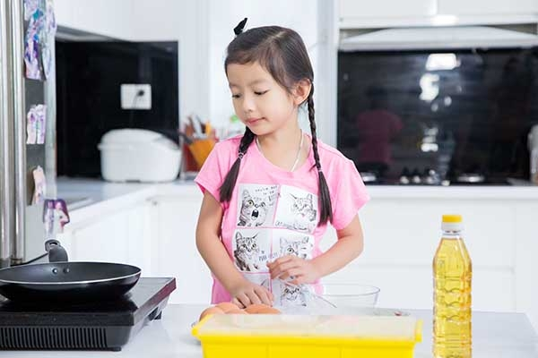 Khi MC Phan Anh bất ngờ ghé thăm ngôi nhà của hai mẹ con để ghi hình cho một chương trình truyền hình, cô bé 5 tuổi rất hoạt bát khoe rằng bản thân mình có thể tự chiên trứng và làm được cả món bánh flan. - Tin sao Viet - Tin tuc sao Viet - Scandal sao Viet - Tin tuc cua Sao - Tin cua Sao