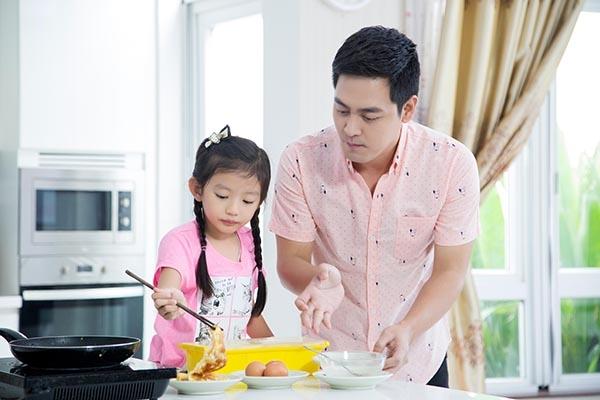 """""""Cô giáo"""" nhí đã hướng dẫn chi tiết và tận tình cho MC Phan Anh cách làm làm món trứng chiên theo công thức của riêng mình. - Tin sao Viet - Tin tuc sao Viet - Scandal sao Viet - Tin tuc cua Sao - Tin cua Sao"""