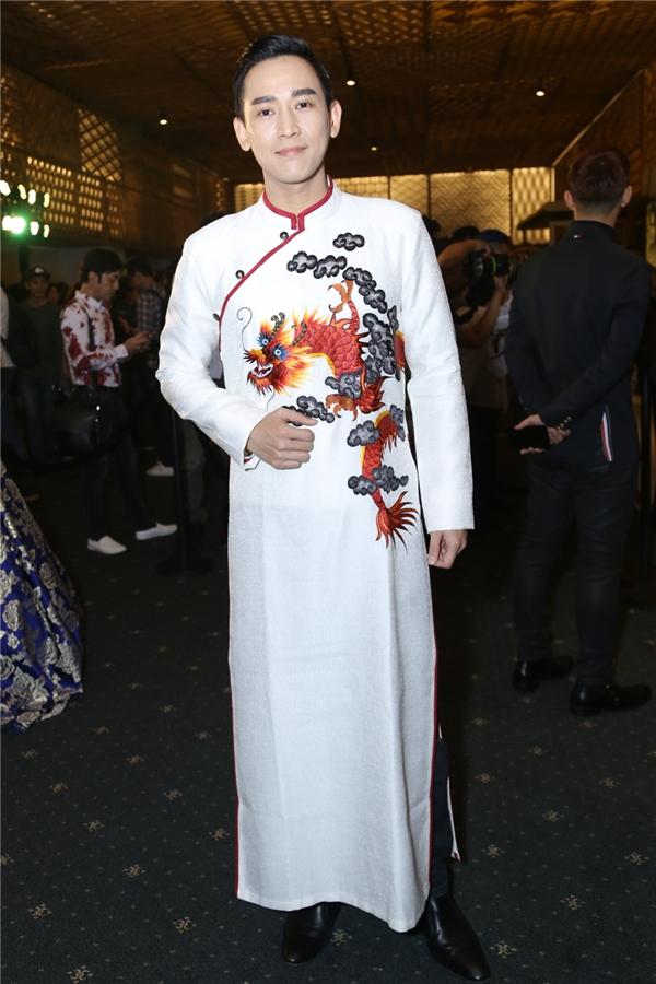 Hứa Vĩ Văn cực điển trai trong trang phục áo dài - Tin sao Viet - Tin tuc sao Viet - Scandal sao Viet - Tin tuc cua Sao - Tin cua Sao