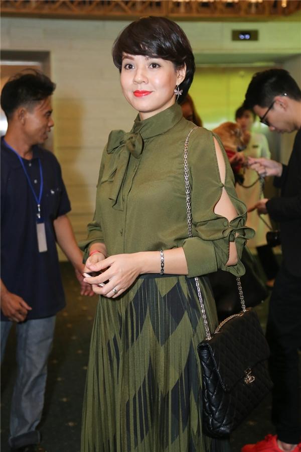 Diễm Quỳnh ăn mặc khá đơn giản - Tin sao Viet - Tin tuc sao Viet - Scandal sao Viet - Tin tuc cua Sao - Tin cua Sao