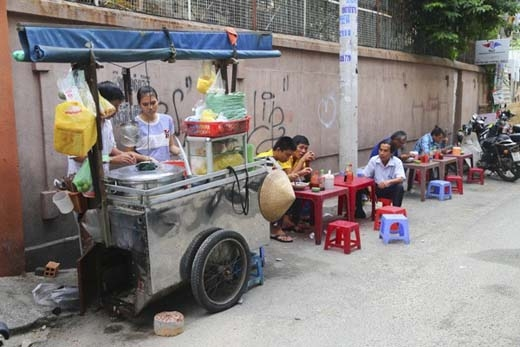 Hủ tiếu gõ là một trong những món dễ ăn nhất và xuất hiện trên khắp các ngóc ngách Sài Gòn. Người bán đa phần là người từ phương xa đến. Thời gian trước,có những tin đồn không hay về món ăn này nhưng nó vẫn sống sót vàlà nơi mà nhiều người tìm đến mỗi khi đói, đặc biệt vào lúc chiều tối. Bởi lẽ không có món ăn khuya nào thay thế được hủ tiếu gõ trong lòng người Sài Gòn. (Ảnh: Internet)
