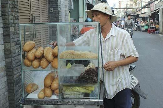 Thói quen ghé vào các quán lề đường để húp vội tô hủ tiếu gõ, hay dừng xe lại mua vội ổ bánh mì để kịp giờ học, giờ làm đã thành một thói quen màcứ đến Sài Gòn là ai cũng phải thế. Bánh mì vừa giòn vừa hòa quyện mùi thơm của thịt nướng tạo thành hương vị không thể nào quên trong lòng nhiều người.(Ảnh: Internet)     Những chiếc xe bánh mì thịt nướng thơm lừng luôn làm người Sài Gòn phải xao xuyến dừng chân. (Ảnh: Internet)   Nhiều giấc ngủ trưa lại thành giờ ăn nhẹ bởi tiếng rao của chú bánh cam ngoài hẻm. Mà đôi lúc, muốn ăn bánh cam phải rượt đuổi lắm các chú mới dừng lại. Chỉ cần trễ một cái đèn đỏ thôi là cả bóng chú cũng không thấy.(Ảnh: Internet)
