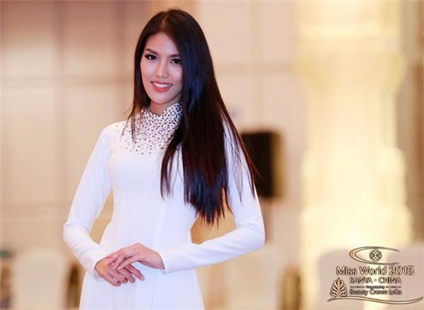 Lan Khuê cũng từng mang chiếc áo dài tương tự đến với Hoa hậu Thế giới 2015. Ngay từ những ngày đầu, bộ quốc phục thanh thoát, nhẹ nhàng đã giúp người đẹp ghi dấu ấn trong lòng bạn bè quốc tế.