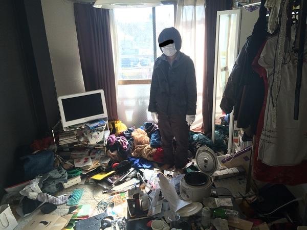Cô sinh viên đại học này quyết định dọn dẹp căn hộ của mình vì đang có thời gian rảnh. Đây là bãi rác mà cô ta đã sống suốt 6 năm qua.