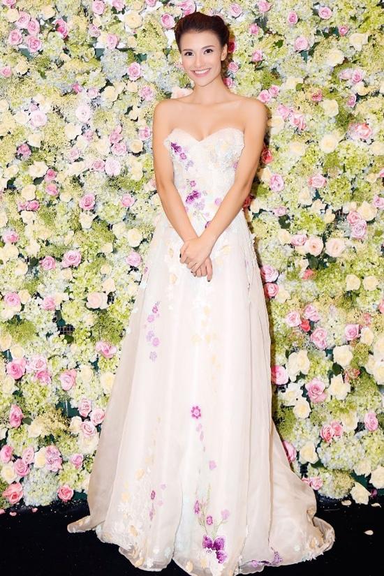 Hình ảnh điệu đà, nữ tính đều được Hương Tràm và Hồng Quế lựa chọn khi diện bộ váy xòe đính hoa của nhà thiết kế Hoàng Hải. Nhưng với chiều cao vượt trội cùng số đo 3 vòng cân đối, Hồng Quế dễ dàng khẳng định được sự nổi bật vượt trội.
