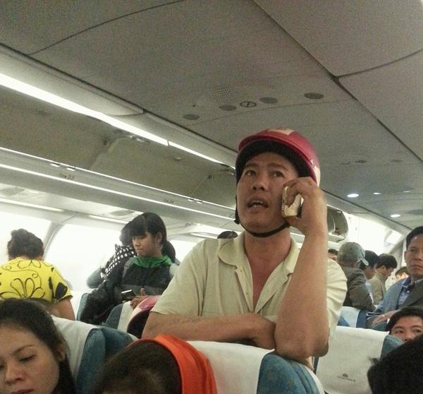 Đôi vợ chồng đội mũ bảo hiểm hồng trên máy bay thu hút sự chú ý của nhiều người.