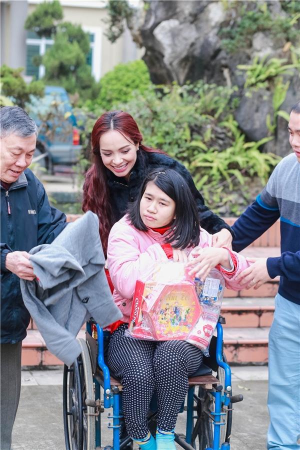 Thúy Hạnh đã mang một cái Tết trọn vẹn hơn đến vớingười dân tại Lương Sơn. - Tin sao Viet - Tin tuc sao Viet - Scandal sao Viet - Tin tuc cua Sao - Tin cua Sao