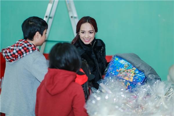 Cô đã tân taytrao quà Tết cho 40 trẻ em nghèo, khuyết tật, mồ côi và 30 hộ gia đình khó khăn tại vùng cao Tây Bắc. - Tin sao Viet - Tin tuc sao Viet - Scandal sao Viet - Tin tuc cua Sao - Tin cua Sao