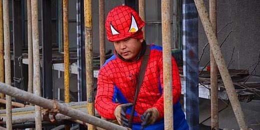 Cư dân chắc hẳn là sẽ cảm thấy vô cùng an toàn vì xung quanh mình toàn những anh hùng siêu nhiên. (Ảnh: Chinanews.com)