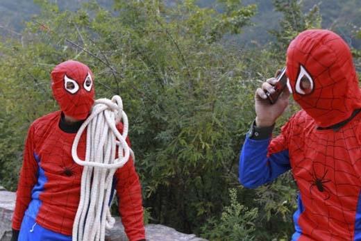Hai công nhân vệ sinh trong bộ đồng phục mới. (Ảnh: Internet)