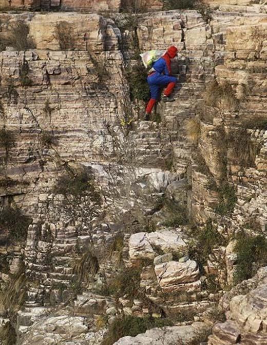 Sự khó khăn trong việc nhặt rác trên vách núi được ví như những việc chỉ có siêu anh hùng mới làm được.(Ảnh:Internet)