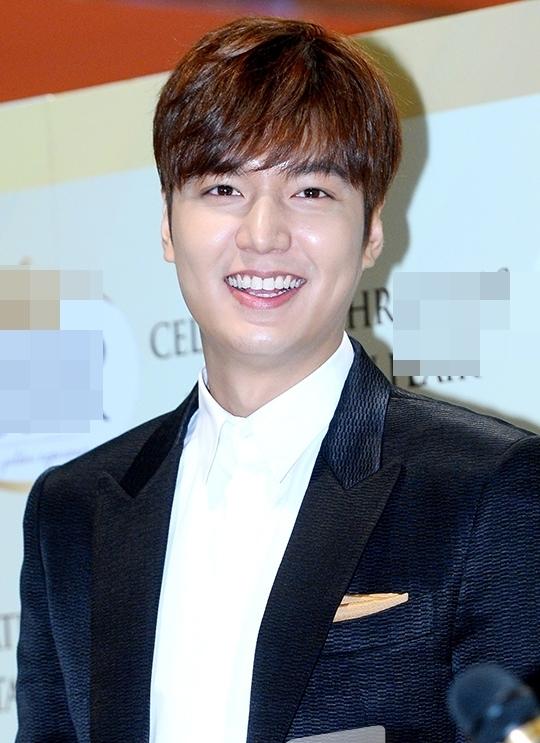 """Nổi tiếng là nam diễn viên điển trai nhất nhì làng giải trí xứ Hàn nhưng gương mặt béo múp của Lee Min Ho vẫn thường xuyên trở thành đề tài nóng hổi được nhiều người bàn tán.Hầu hết mọi người đều bày tỏ nỗi thất vọng trước gương mặt """"bể nét"""" của anh. Thậm chí, các fan còn lo lắng nếu không chăm chỉ ăn kiêng, không khéoLee Min Hosẽ biến thành ông chú trong nay mai."""