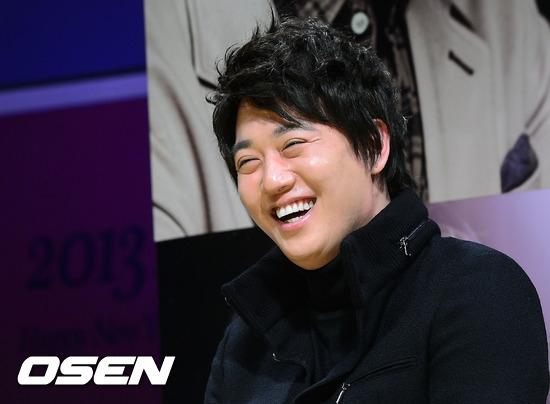 Kim Rae Won từng khiến mọi người hốt hoảng với hình ảnh phù nề vàđường nét trên gương mặt dần mất nét. Rất may gần đây khi tham gia Gangnam Blues, nam diễn viên đã nỗ lực giảm 15kg và lấy lại phong độ mĩ nam như trước.