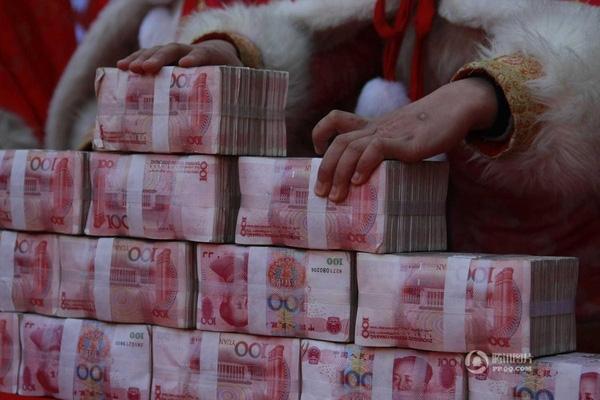 Tổng số tiền được thả vào hộp kính lên đến 5 triệu tệ (tương đương 17 tỷ đồng)