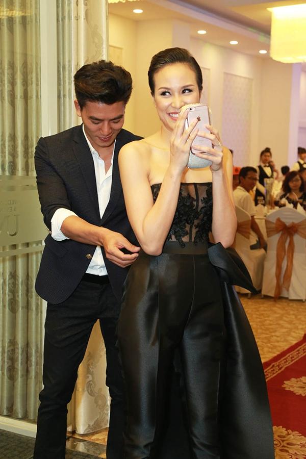 Lúc đầu, Phương Mai tỏ ra khá ngại ngùng khi bất ngờ bị mọi người chú ý. Người đẹp khẽ lấy ví cầm tay che mặt vì mắc cỡ. - Tin sao Viet - Tin tuc sao Viet - Scandal sao Viet - Tin tuc cua Sao - Tin cua Sao