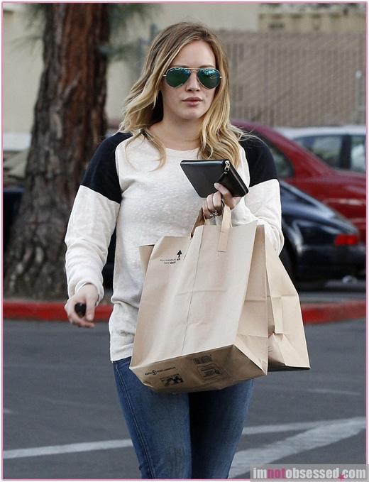 Túi ni lông chỉ nên được sử dụng khi đi siêu thị. Túi giấy có in thương hiệu chỉ dành cho những cuộc đi mua sắm trong các cửa hàng. Nếu dùng chúng làm túi xách tay thì hơi luộm thuộm.(Ảnh: Internet)